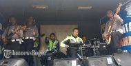 Polres Bogor Nge-Band Hibur Pengendara Saat Tunggu Pemberlakuan Satu Arah Puncak
