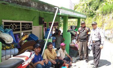 Polsek Cisarua Bantu Evakuasi Korban Bencana Longsor