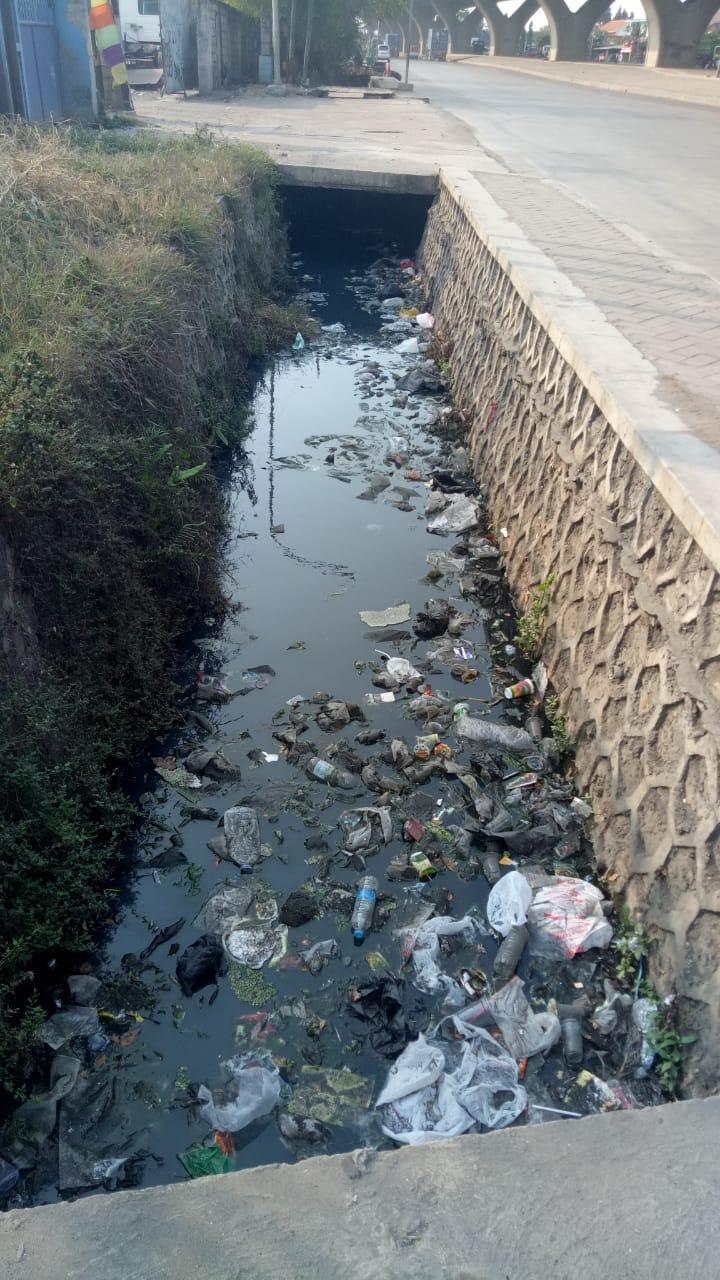 Warga Risih Sampah Menumpuk di Selokan kebon baru dewaruci