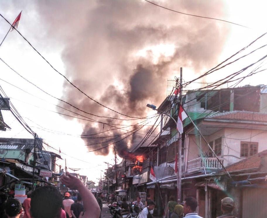 Rumah Berlantai Tiga Hangus Terbakar di Pademangan, Satu Penghuni Dilarikan Ke Rumah Sakit