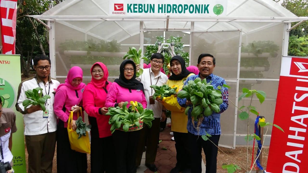 TP PKK Jakarta Utara Terima CSR Rumah Kebun Hidroponik