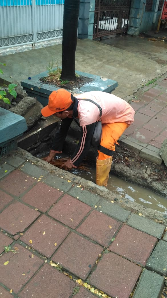 Hujan Tiba, Saluran Jalan Cakung Dikuras PPSU Semper Barat