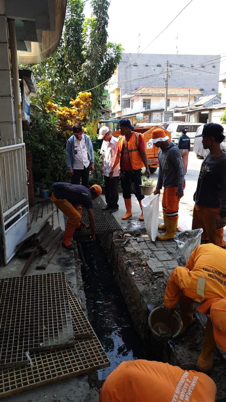 PPSU Masuk Gorong-Gorong Angkat Lumpur Penuhi Saluran