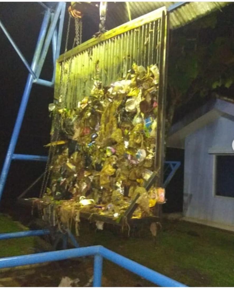 PDAM, Oprator Intake Chiherang Pondok Bersihkan Sampah Yang Tersumbat