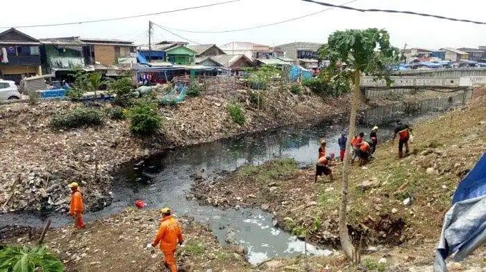 Petugas UPK Badan Air' Kali Gendong Berisi Sampah