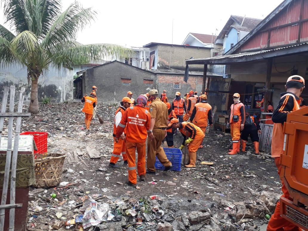 PPSU Kelurahan Cilincing Bersihkan Sampah Pada Lahan Kosong Di RW 03