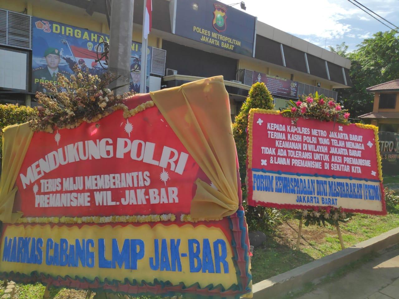 Puluhan Karangan Bunga Menghiasi Mapolres Metro Jakarta Barat, Rakyat Dukung Polri Berantas Premanisme