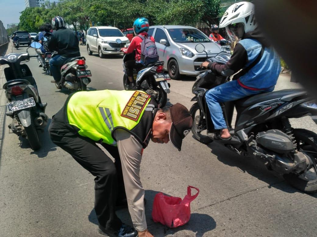 Bersama Masyarakat Polisi Bersihkan Ranjau Paku Di Jalan