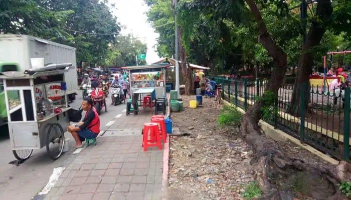 PKL Berjualan' Penguna Trotoar Bersaing Dengan Kendaraan Di Gorontalo Jakut