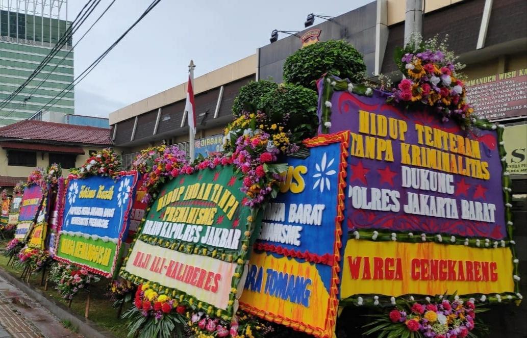 Puluhan Karangan Bunga Serta Dukungan Kembali Menghiasi Mapolres Metro Jakarta Barat