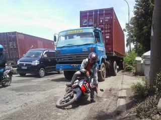 Warga Keluhkan Kondisi Jalan Raya Askes Cilincing Rusak