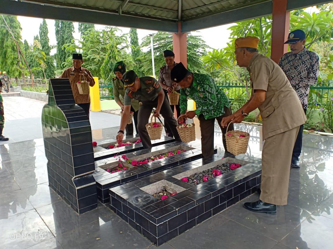 HUT Ke – 63 LVRI Surakarta Ziarah, Dandim Solo Ajak Veteran Terus Mengabdi
