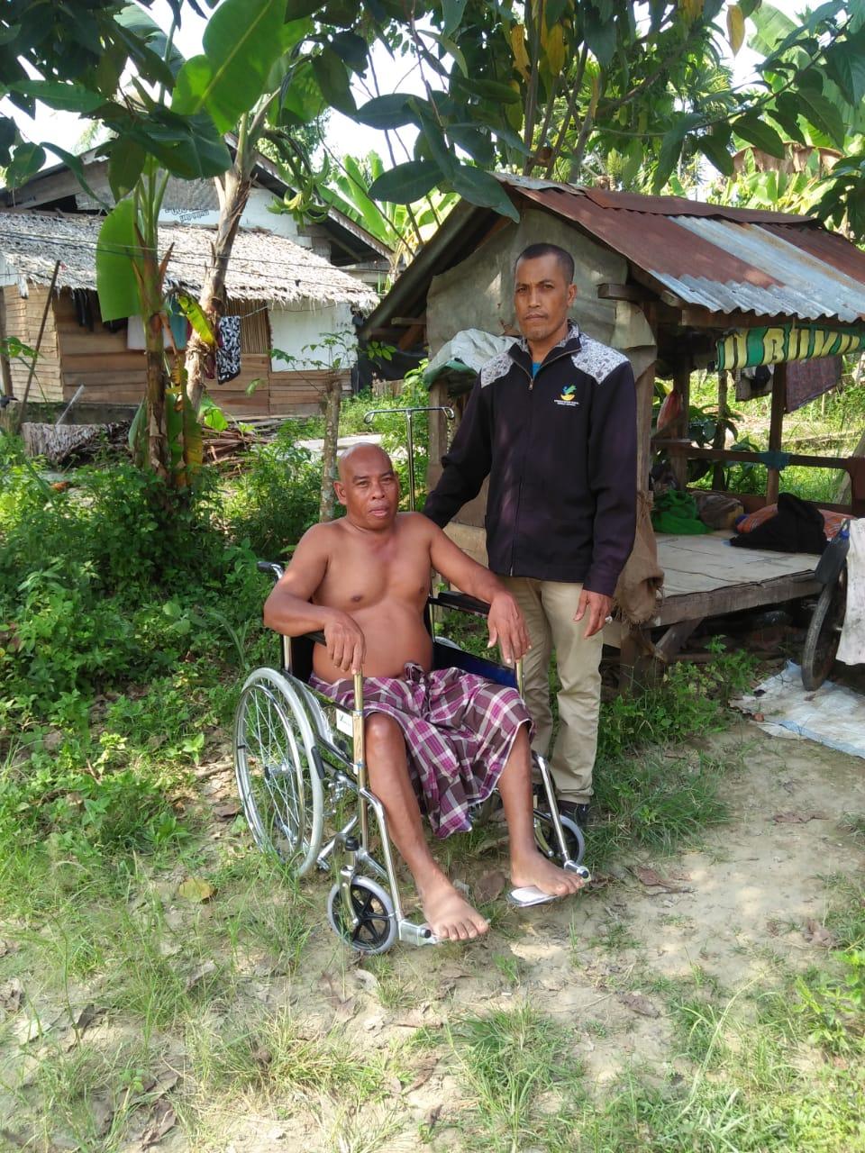 TKSK Kecamatan Simpang Ulim Salurkan 4 Kursi Roda Kepada Lansia