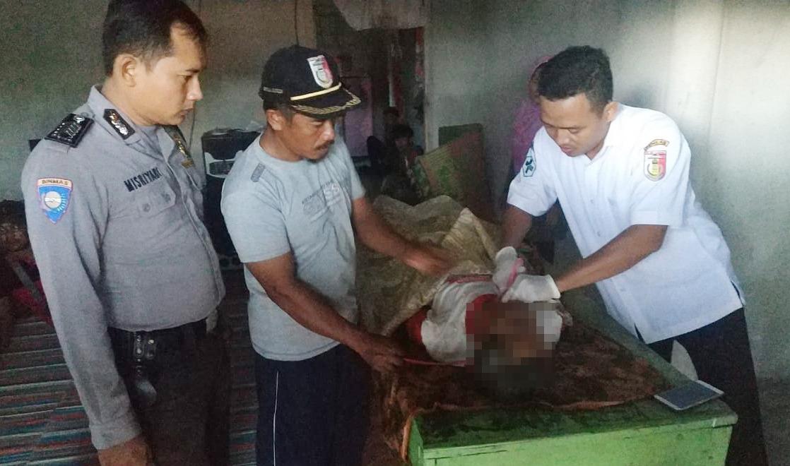 Polsek Dente Teladas Olah TKP Penemuan Mayat Tergantung Di Rangka Atap Rumah