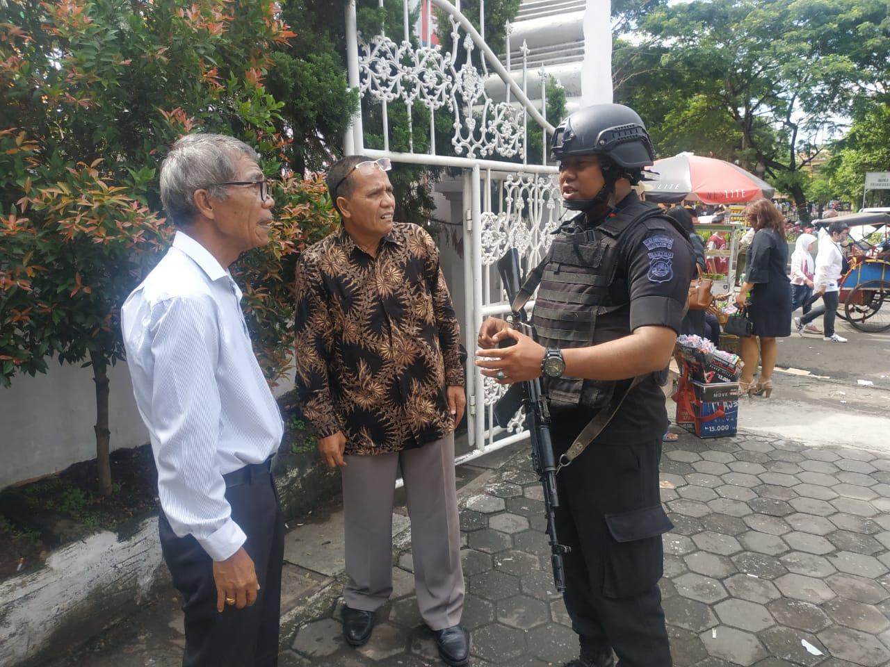 Brimob Polda Banten Berikan Rasa Nyaman Kepada Umat Kristiani Saat Ibadah