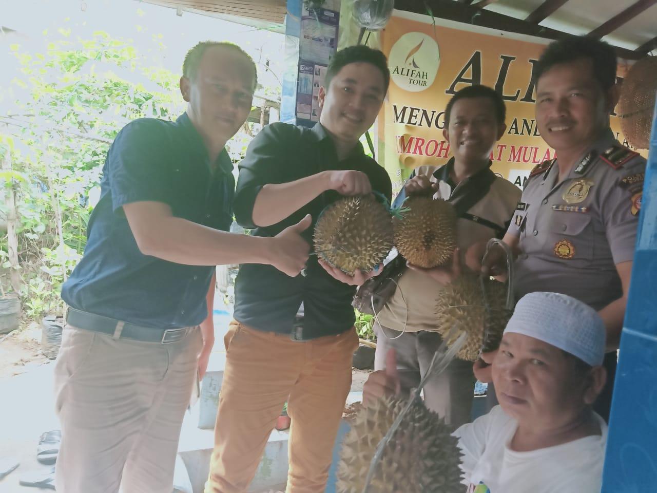 Ipda Agus Bersama Rekan Media Nikmati Durian Rancamaya Di Kediamann H. Anung