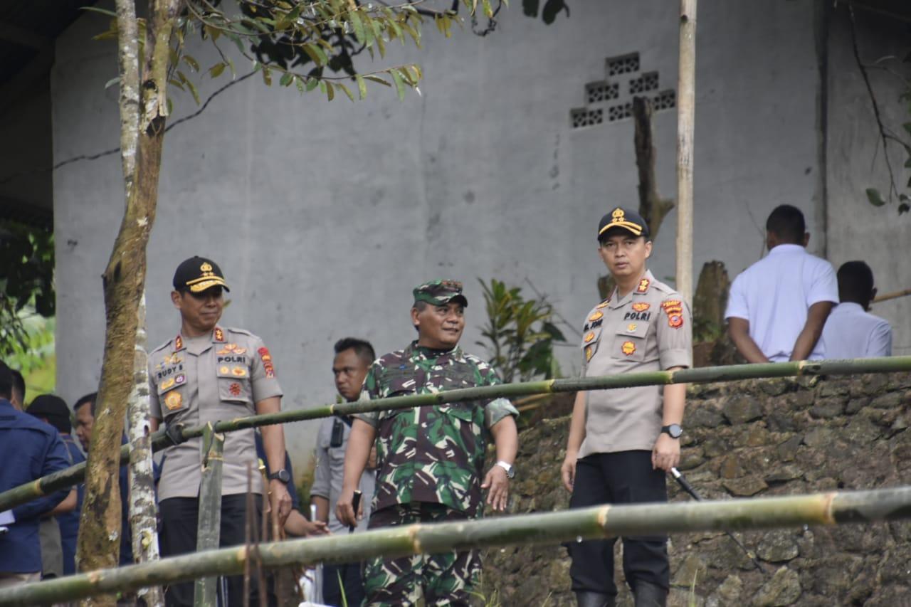Ratusan personil Gabungan Polres Bogor Amankan Kegiatan Kunjungan Presiden Jokowi Di Sukajaya