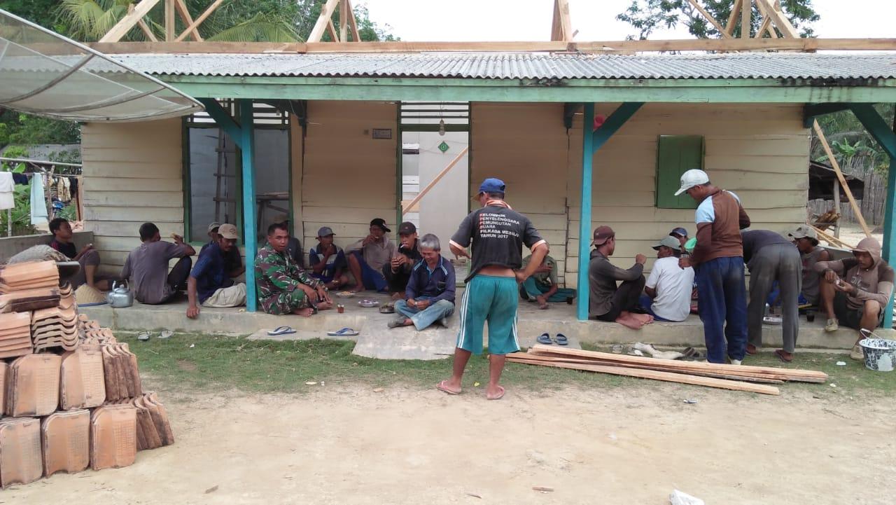 Babinsa Koramil 426-01/Mesuji Bergotong Royong Bersama Warga Binaan