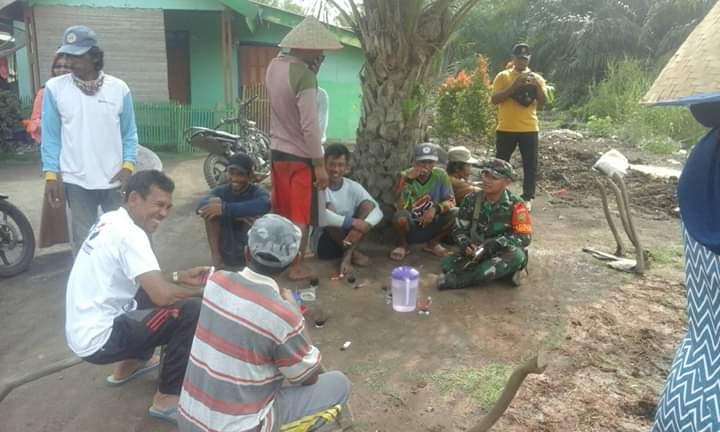 Tingkatkan Kemanunggalan TNI- Rakyat, Babinsa 426-03/Rawajitu Anjangsana Komunikasi Sosial