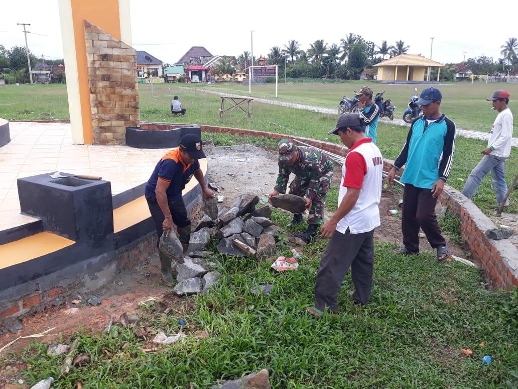 Ciptakan Keindahan Kampung, Babinsa Koramil 426-02/Menggala Gotong Royong Buat Taman