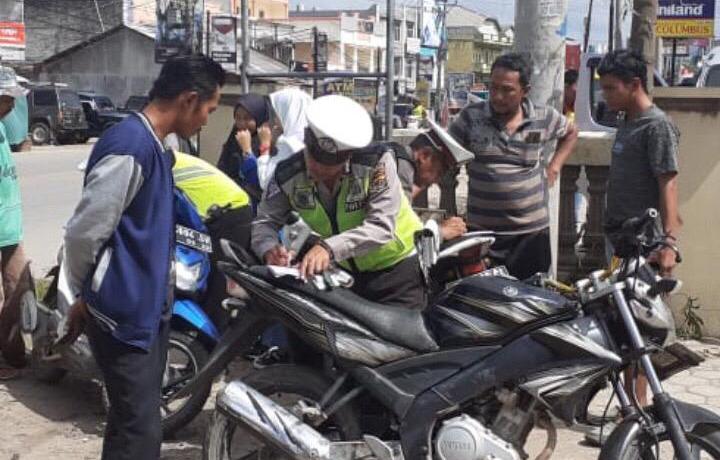 Kasat Lantas : 6 Unit Motor dan Puluhan Pelanggar Ditilang Saat Razia di Pasar Unit 2