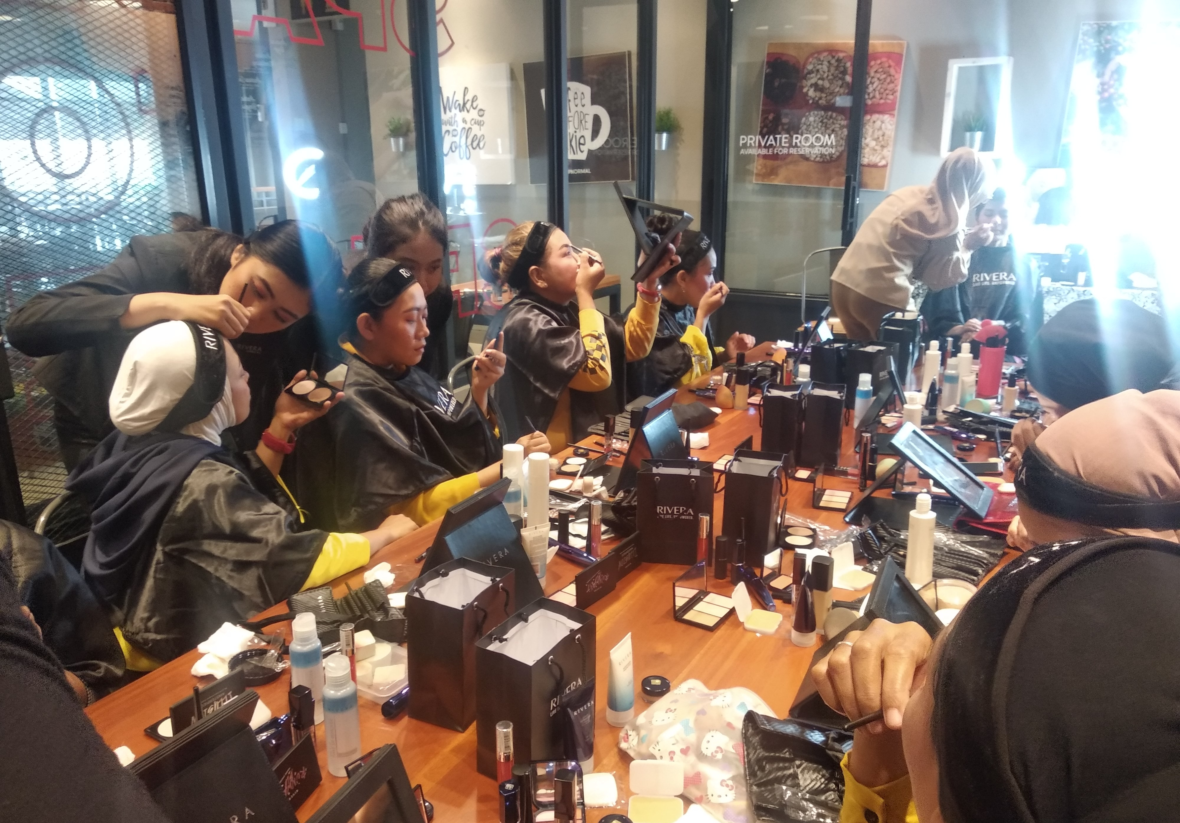 Shine & Glowing Even Beauty Class Make Up Nina Damay