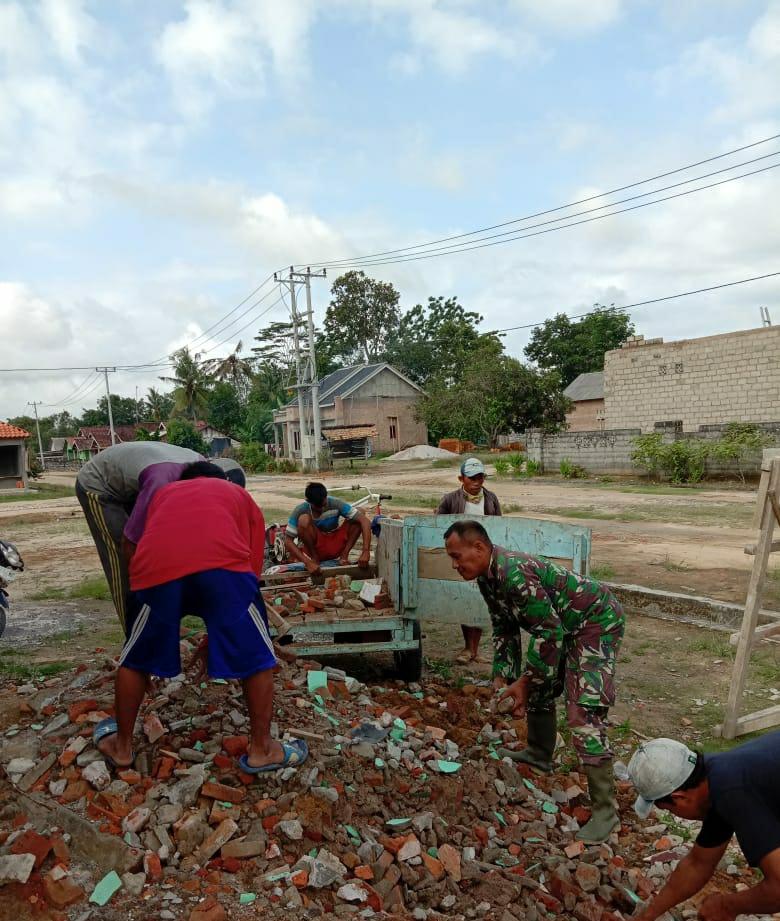 Babinsa Koramil 0426 Laksanakan Jum'at Bergotong Royong