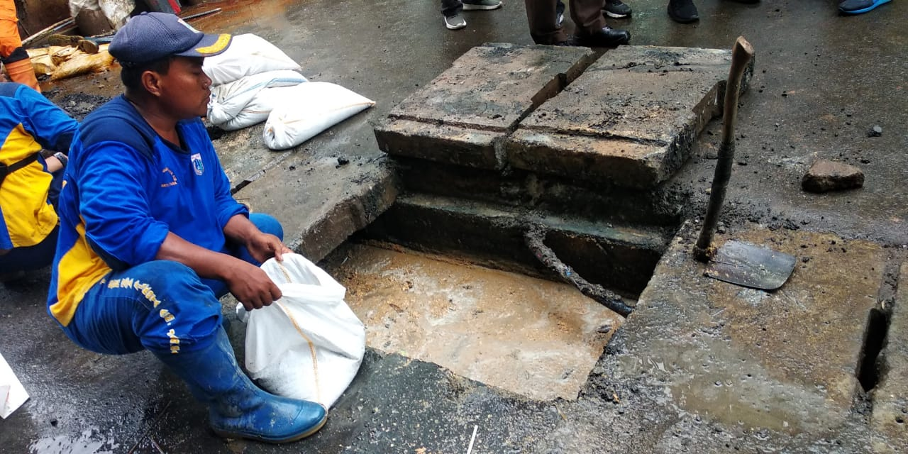 Diduga Buang Limbah Produksi Di Saluran Air, Sudin LH Jakut Panggil Pemilik RM di Kelapa Gading
