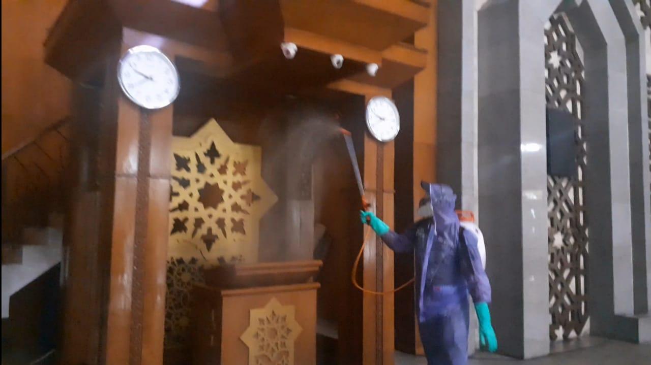 Masjid Raya JIC Disemprot Disinfektant Oleh PMI Jakarta Utara