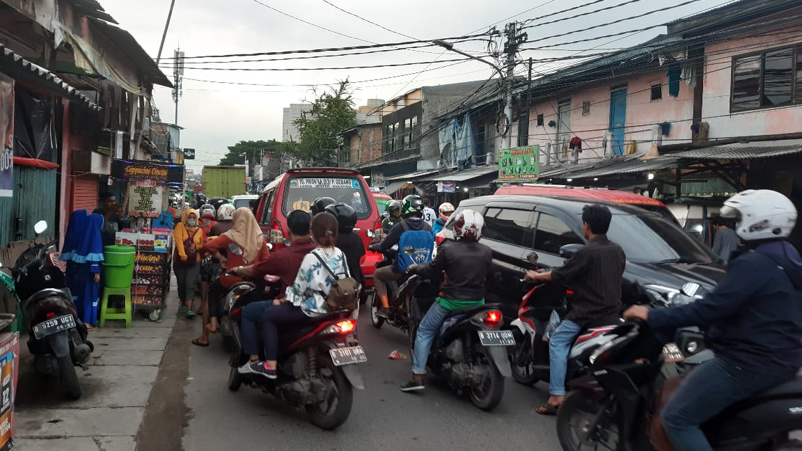 Jalan Tipar Cakung Sukapura Karena Ulah Ngetem KWK dan PKL Bikin Macet