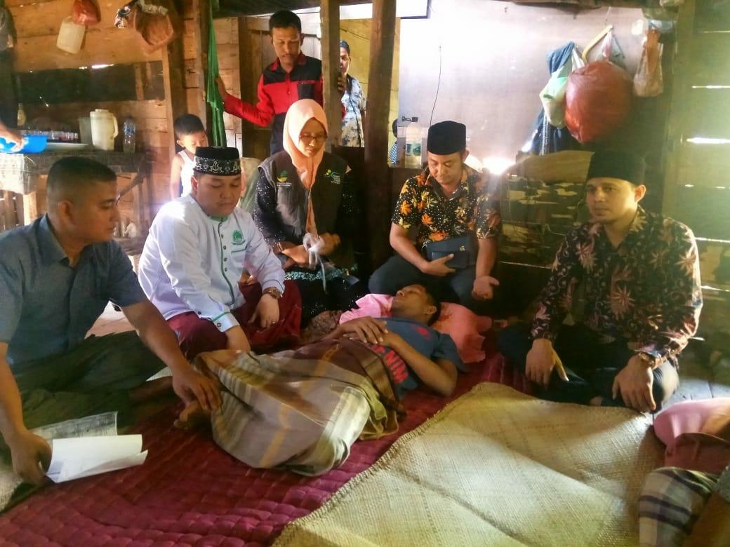 Dinsos Aceh Timur Bantu Warga Yang Mengalami Sakit Lumpuh