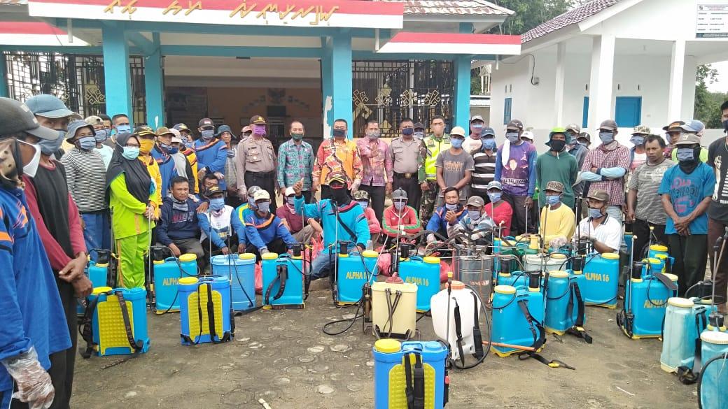 Kades Rejo Mulyo Menyemprot Disinfektan, Untuk Memutuskan Penyebaran Virus Covid 19 Di Desa Rejo Mulyo