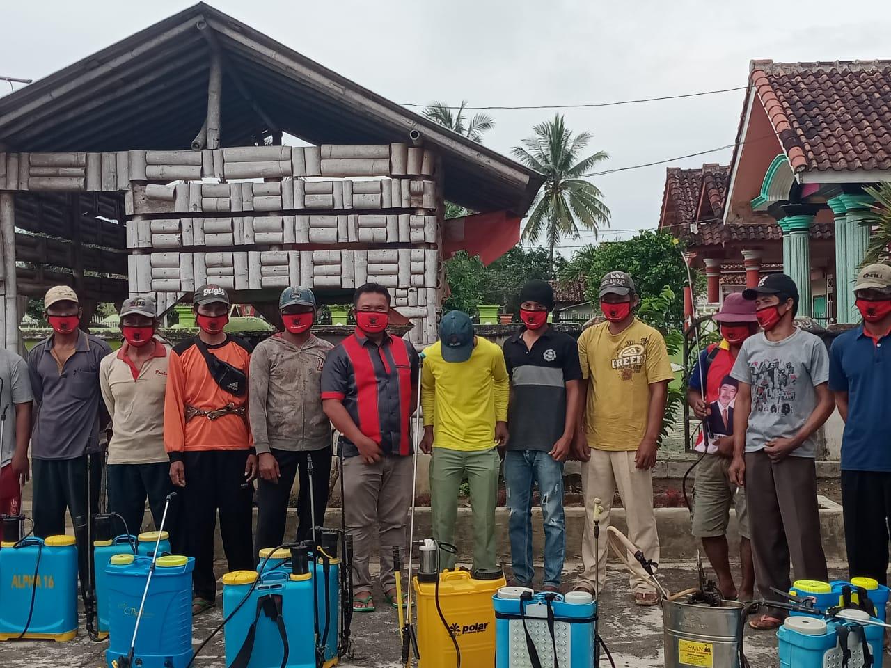 Perduli Kepada Masyarakat Joni Saputra Dan Zulfikar Melakukan Penyemprotan 800 Rumah Warga
