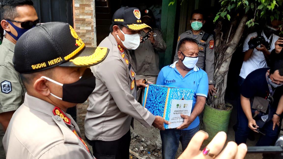 Kapolda Metro Jaya Beri Bantuan Kepada Masyarakat di Kampung Beting