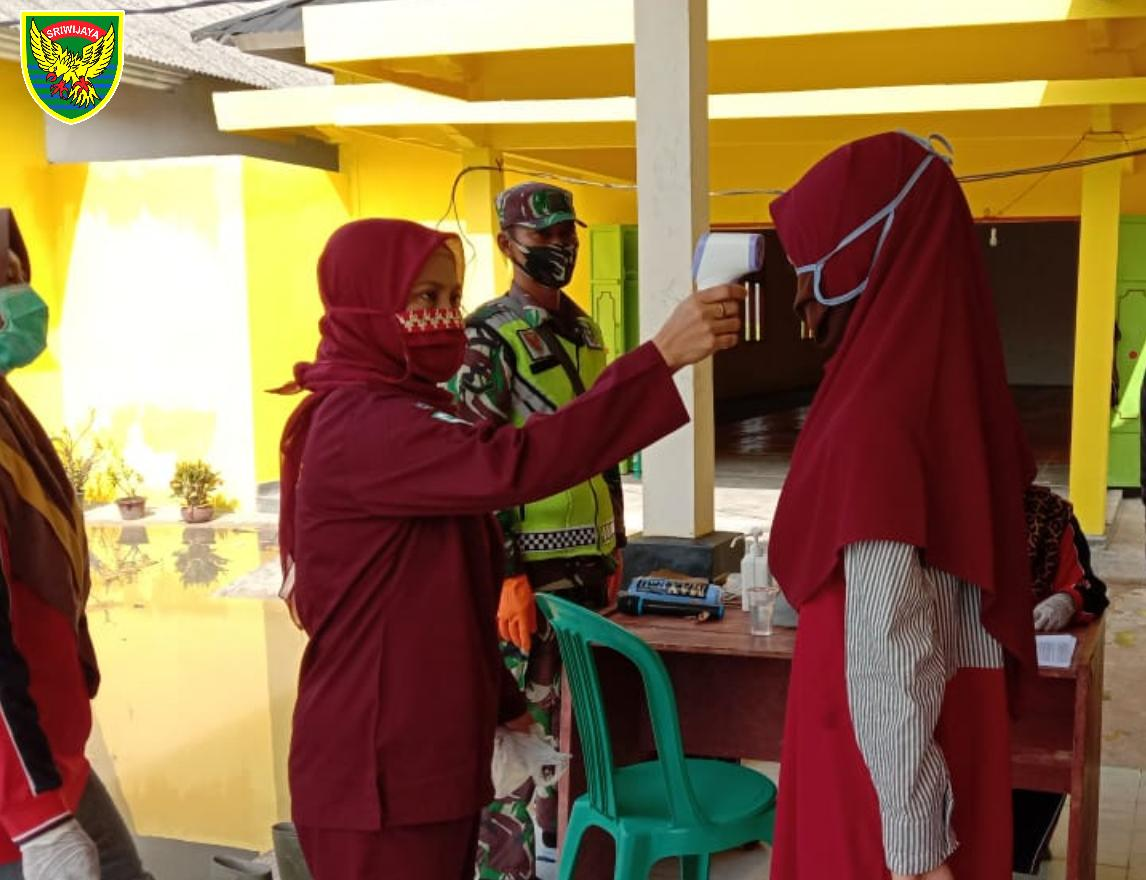 Babinsa Koramil 426-02 Menggala Dampingi Bidan Desa & Aparat Kampung Cek Kesehatan Warga Usai Karantina Mandiri