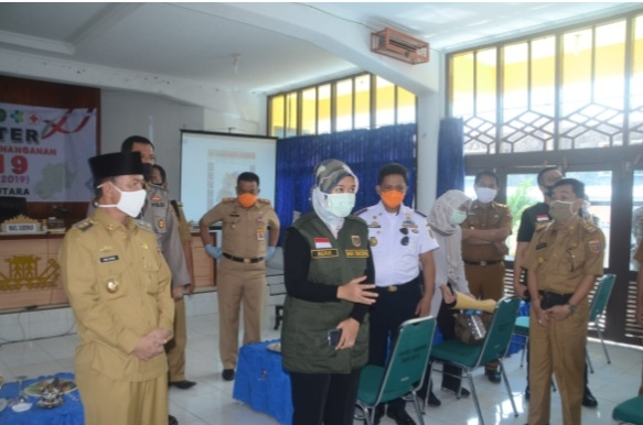 Hi Budi Utomo Menyambut Kedatangan Wabup Chusnunia Chalim Dalam Kunjungan Gugus Tugas Penanggulangan Covid 19 Di Lampung Utara