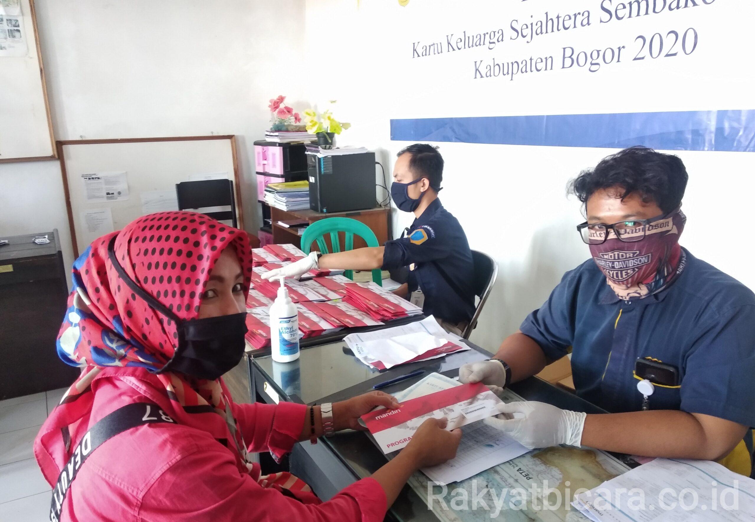 Desa Citapen Salurkan Buku Rekening dan Kartu ATM Untuk Bantuan BPNT