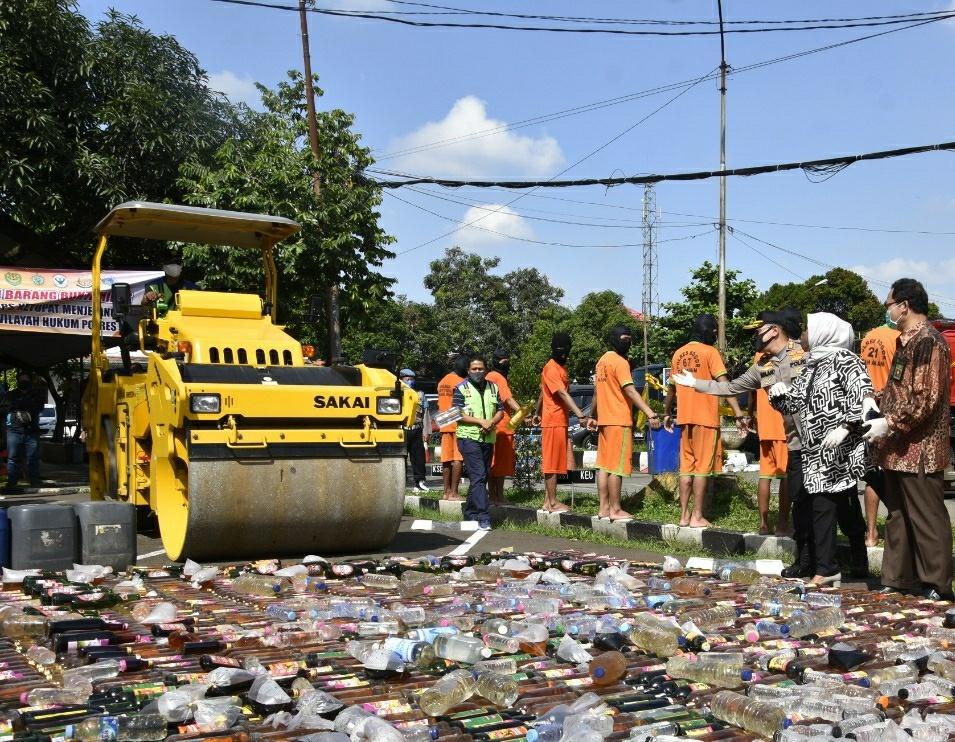 Polres Bogor Musnahkan Ribuan Botol Miras Dalam Operasi Pekat Tahun 2020