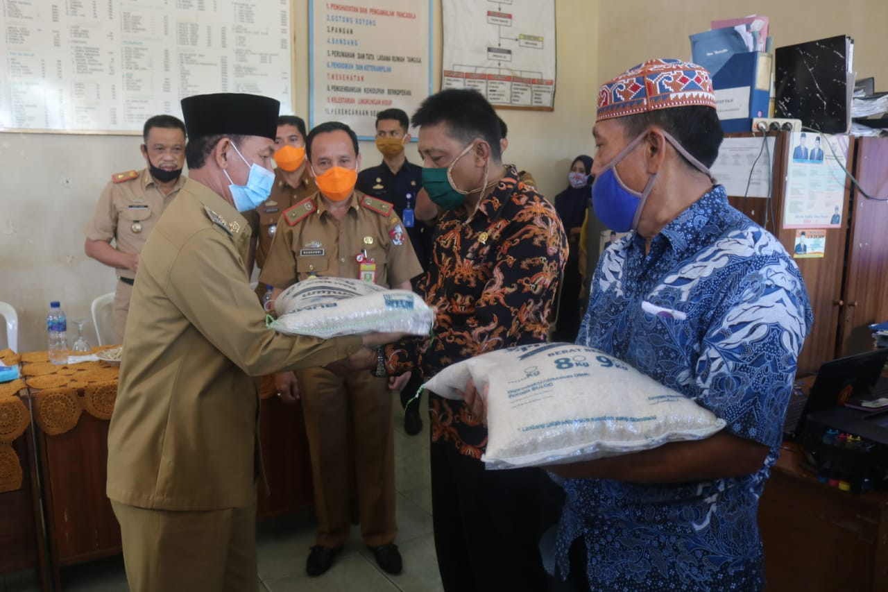 Bupati Lampura Salurkan Bantuan Bagi Masyarakat Miskin Yang Terdampak Covid 19