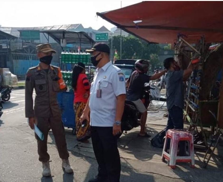 Satpol PP Pinangsia Jaring 16 Orang di Pasar Pecah Kulit