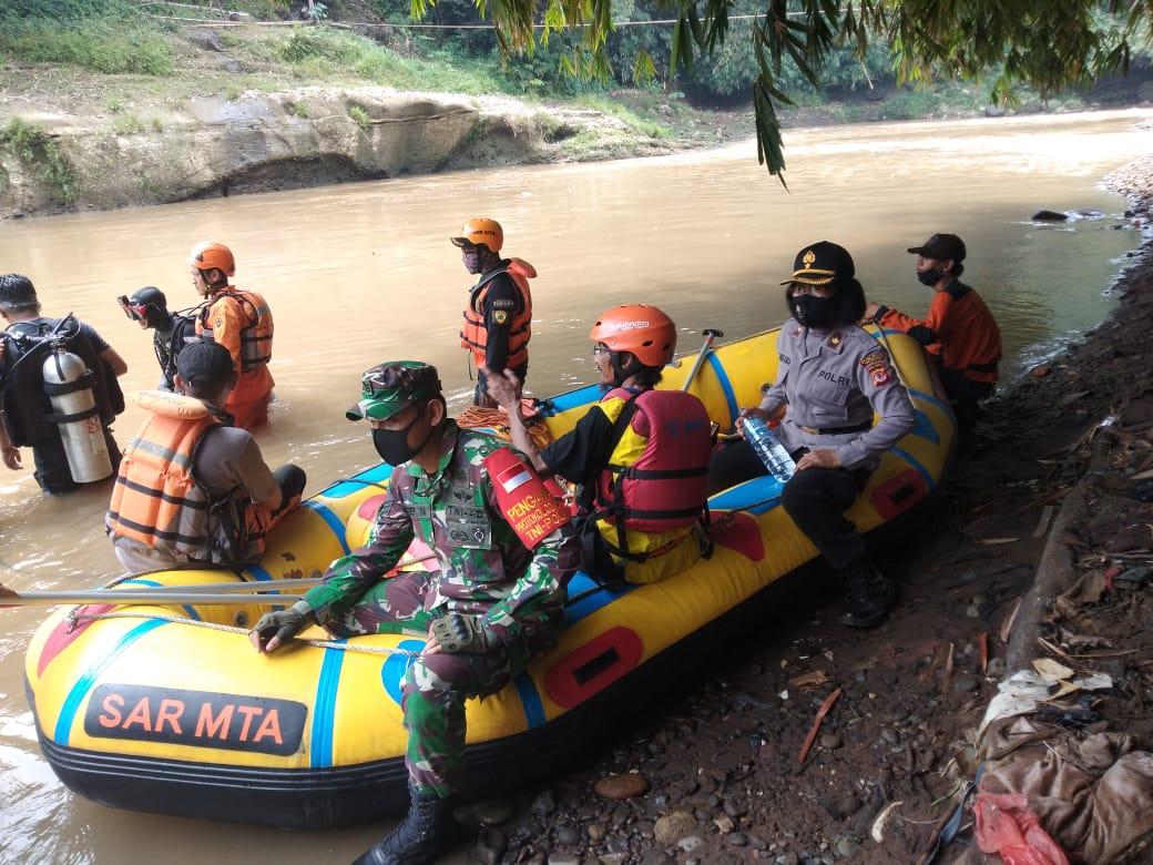 Kapolsek Ciampea Bersama BPBD Kab. Bogor Evakuasi Remaja 18 Tahun Tenggelam di Sungai Cisadane