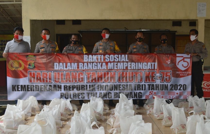 Peringati HUT Kemerdekaan RI Ke-75, Polres Tulang Bawang Distribusikan 10 Ton Beras dan Ratusan Bendera Merah Putih