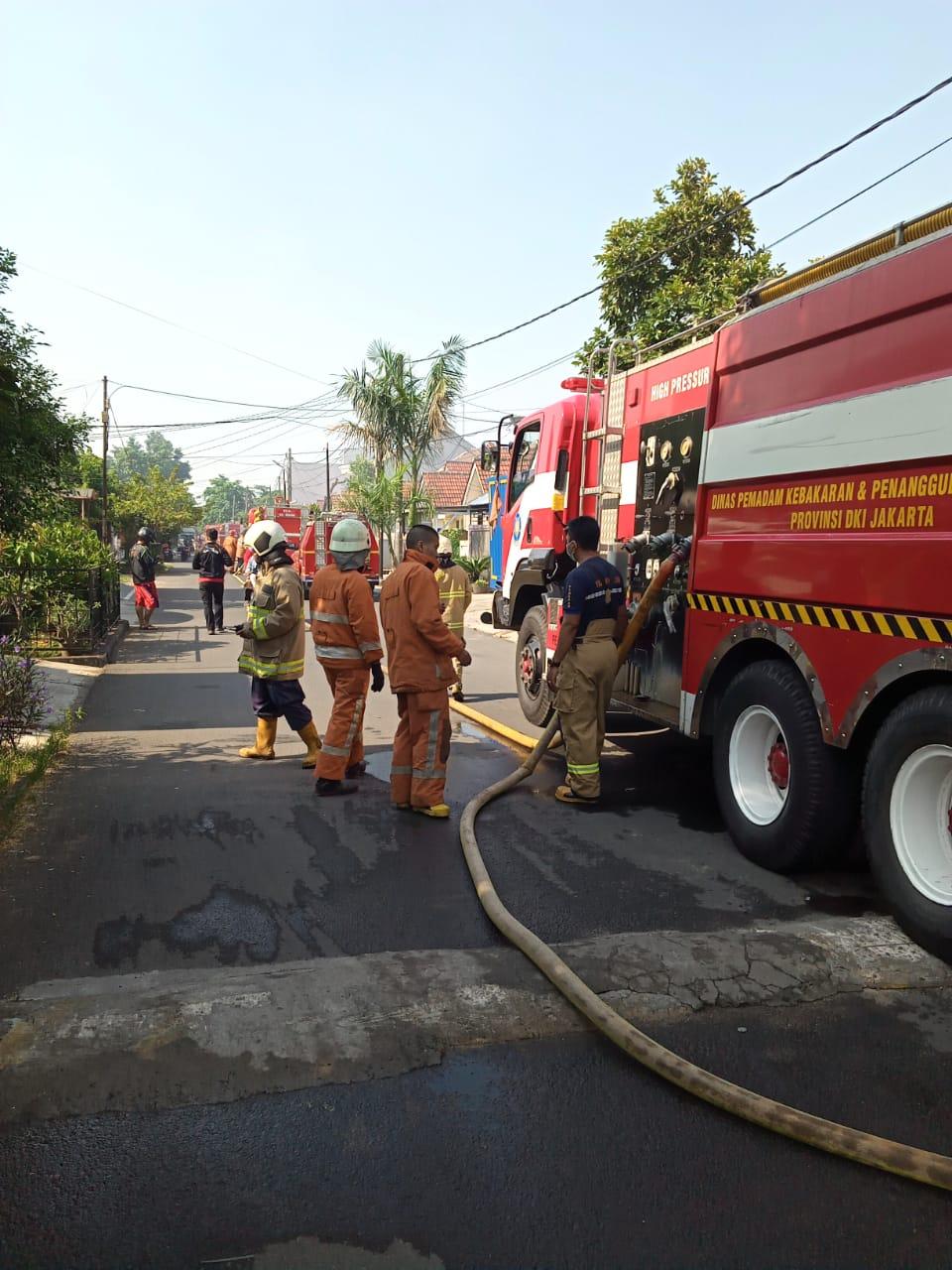 Gudang Kabel PLN Kalideers Terbakar,14 Unit Mobil Pemadam Diterjunkan