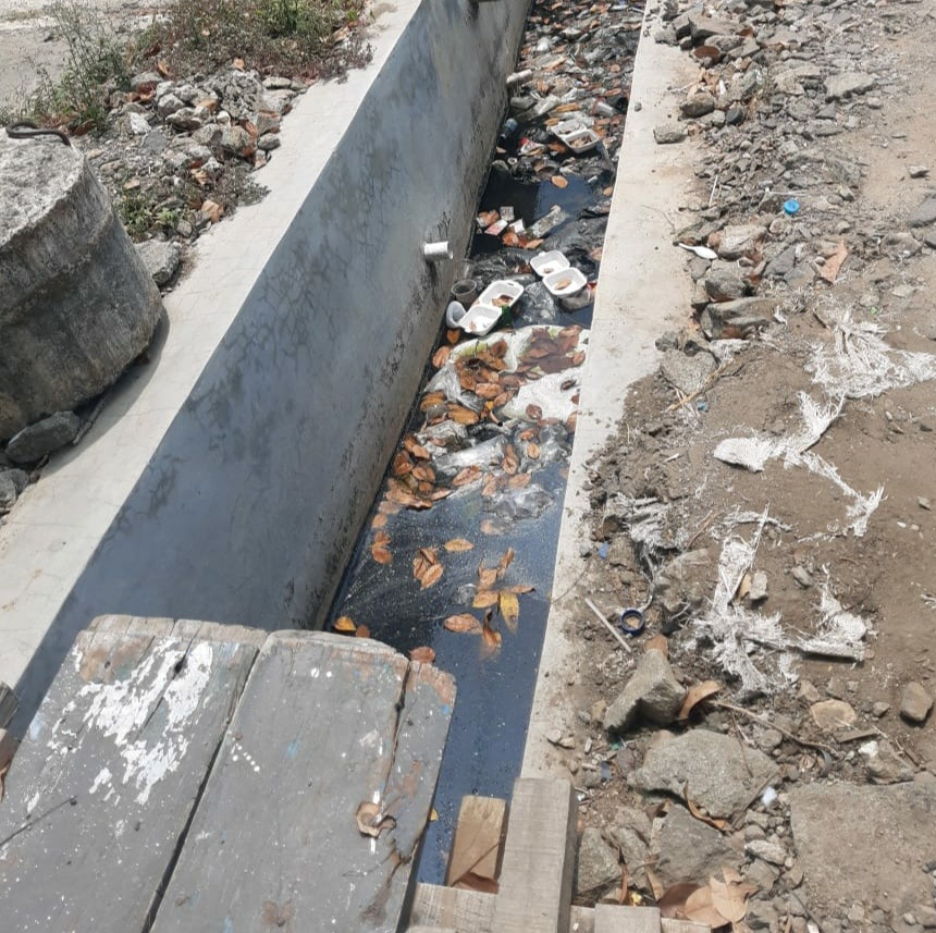 Saluran Got Air di Depan Keluraan Sukapura Dipenuhi Lumpur dan Sampah