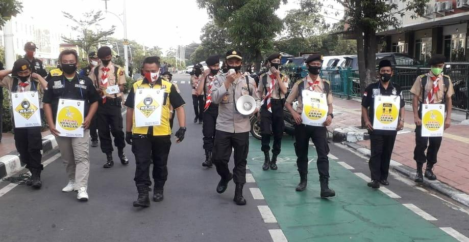 Kasat Binmas Polres Metro Jakbar Bersama Pramuka Melakukan Sosialisasi Protokol Kesehatan