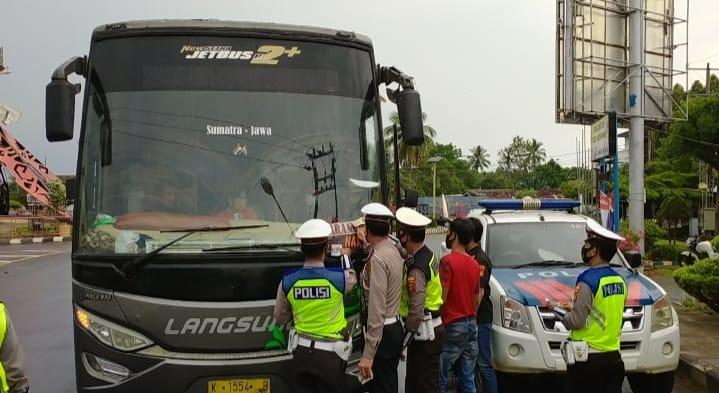 Sat Lantas Polres Lampung Utara Pasang Stiker Stop Covid-19 Pada Mobil Angkutan Umum