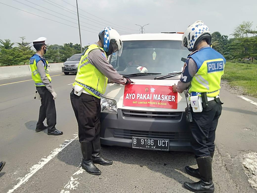 Sat Lantas Polres Bogor Pasang 240 Stiker Himbauan Inovatif Masyarakat Lebih Disiplin Gunakan Masker