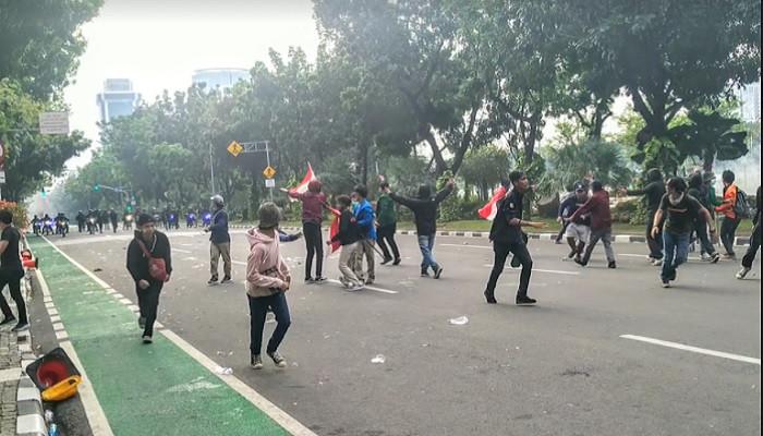 Demo Unjuk Rasa Ricuh di Depan Balai Kota, Massa Lempar Batu
