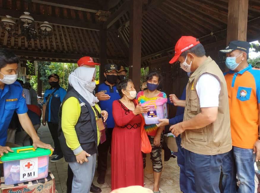 Ketua PMI Jakarta Serahkan Bantuan ke Warga Terdampak Banjir di Ciganjur