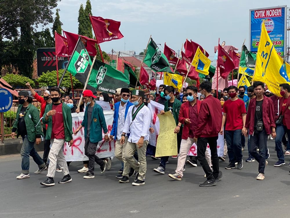 Aksi Mahasiswa Gabungan IMM, HMI, PMII Penolakan UU Cipta Karya Lancar Dan Damai Di Halaman DPRD Lampura